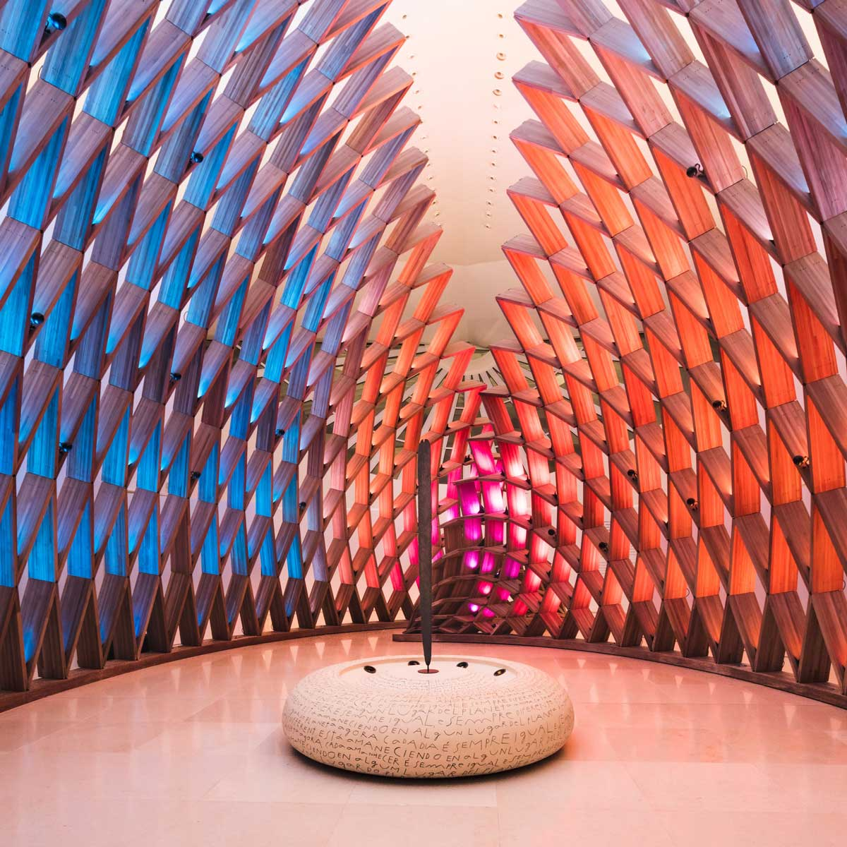 "Museu do Amanhã, Rio de Janeiro, Brasil: ""Churinga"" osnova, Kreirana u DuPont™ Corian® u Rice paper koloru; foto: Andres Otero, sva prava zadržana."