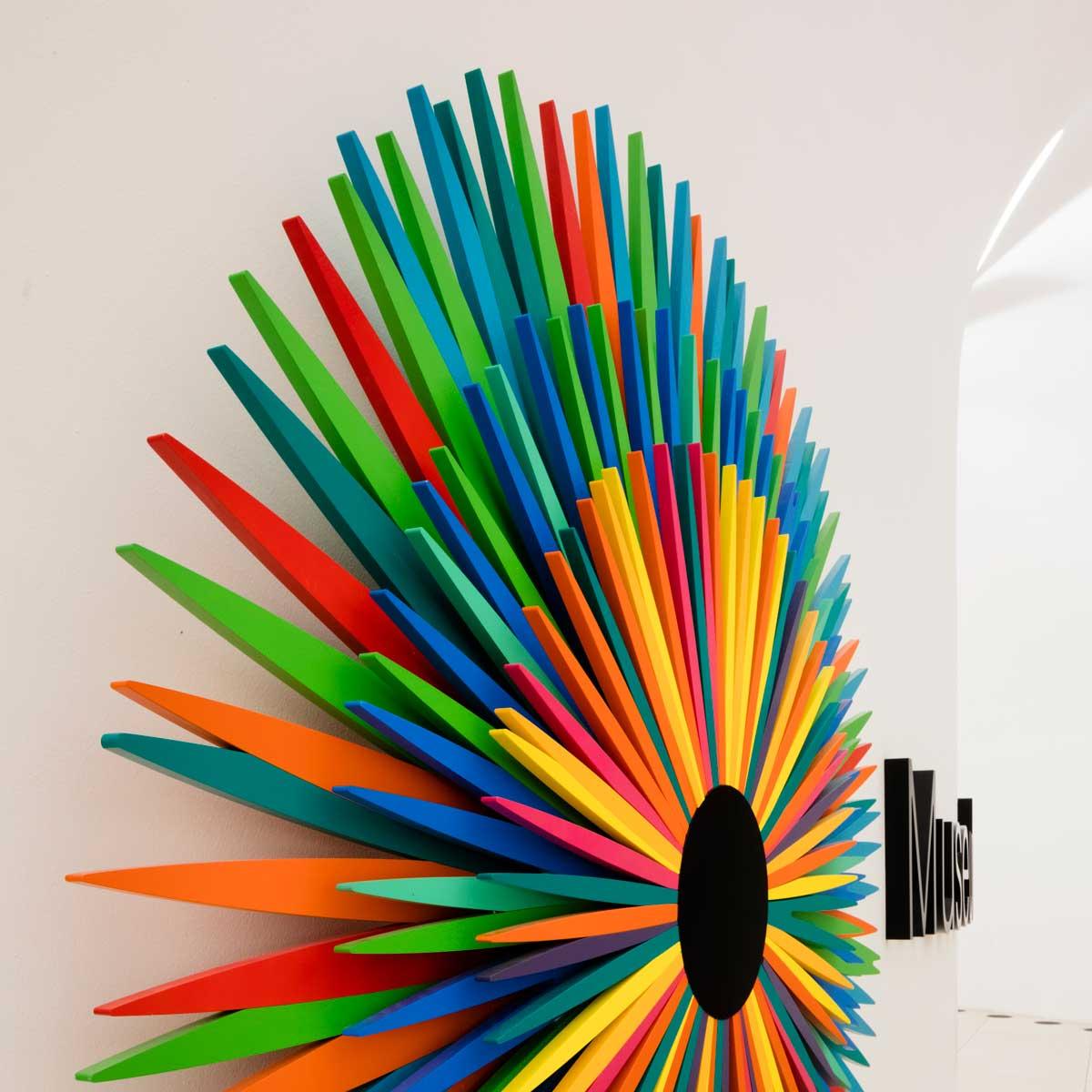 Museu do Amanhã, Rio de Janeiro, Brasil: logo i servisni pultovi, kreirani od DuPont™ Corian®; foto: Andres Otero, sva prava zadržana.