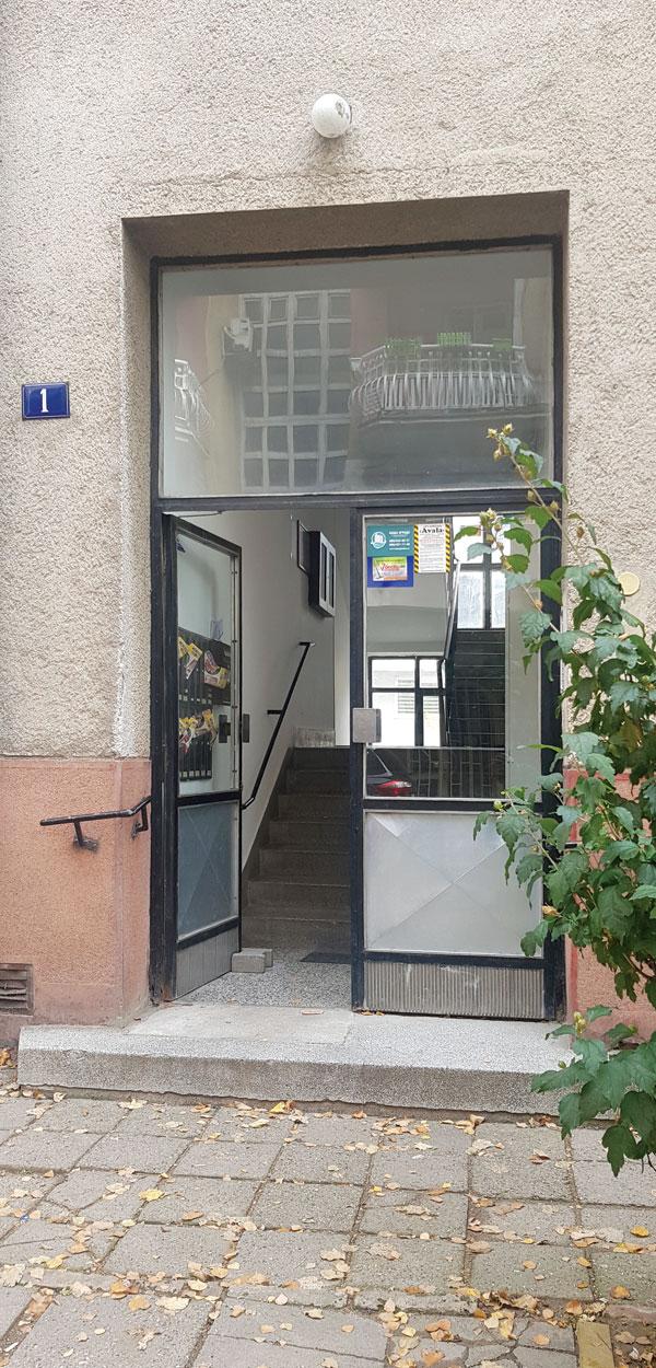 Stara ulazna vrata na stambenoj zgradi