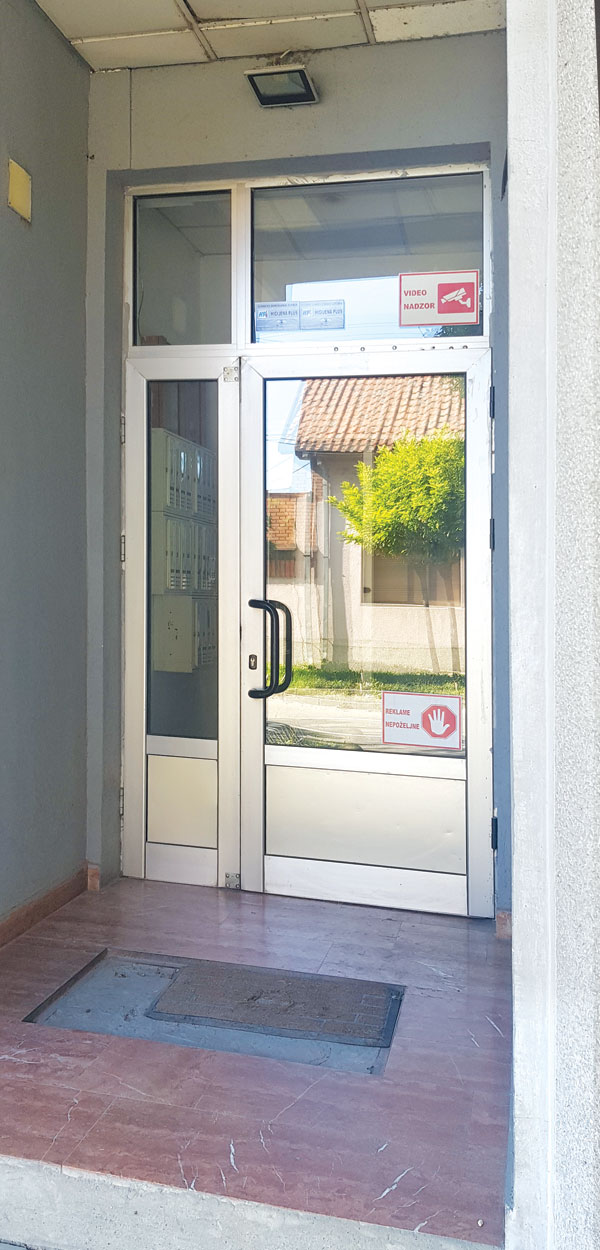 Ulazna vrata na stambenoj zgradi