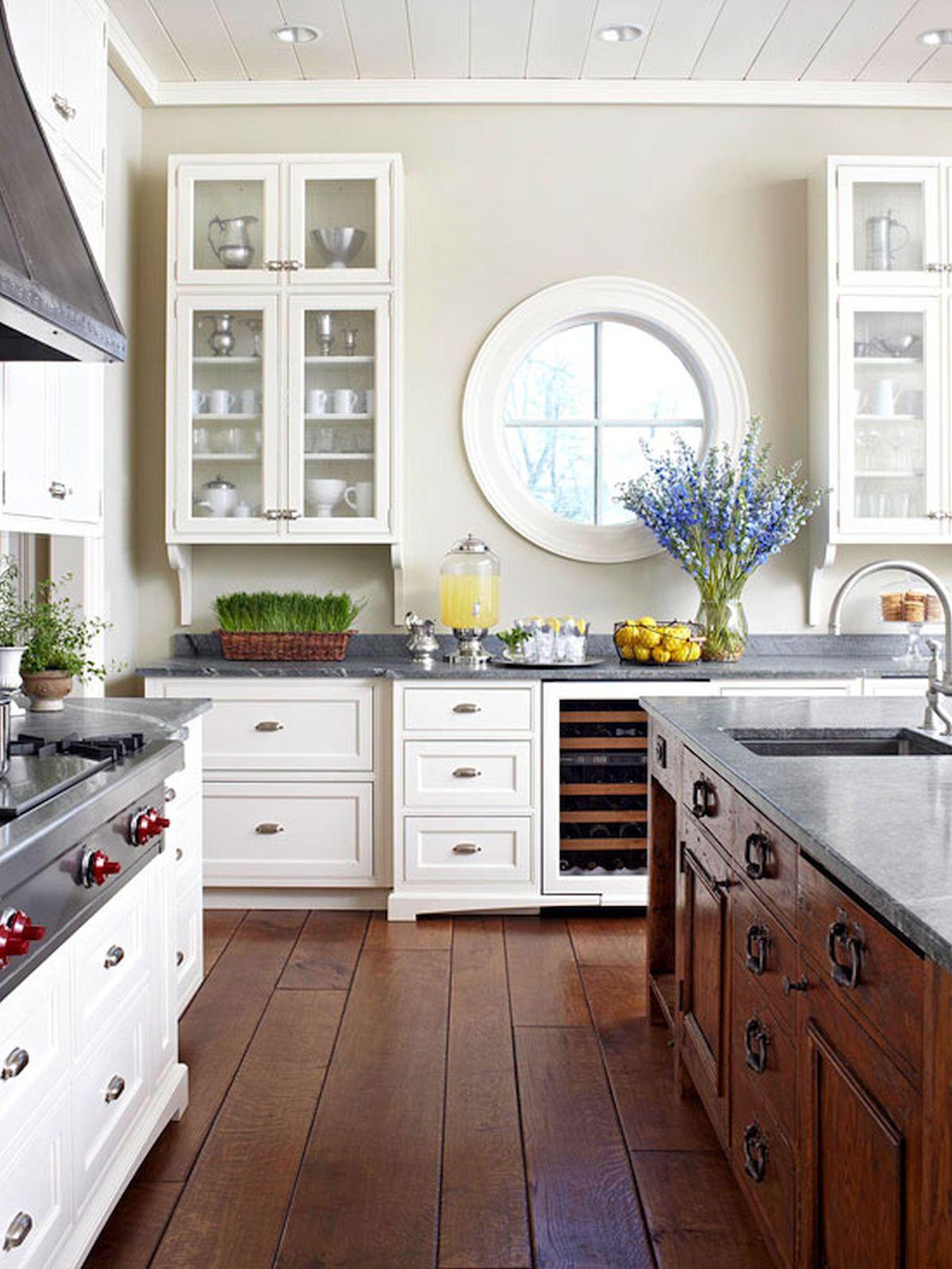 okrugli prozor u kuhinji
