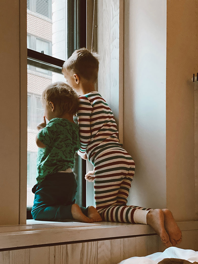 Deca na prozoru