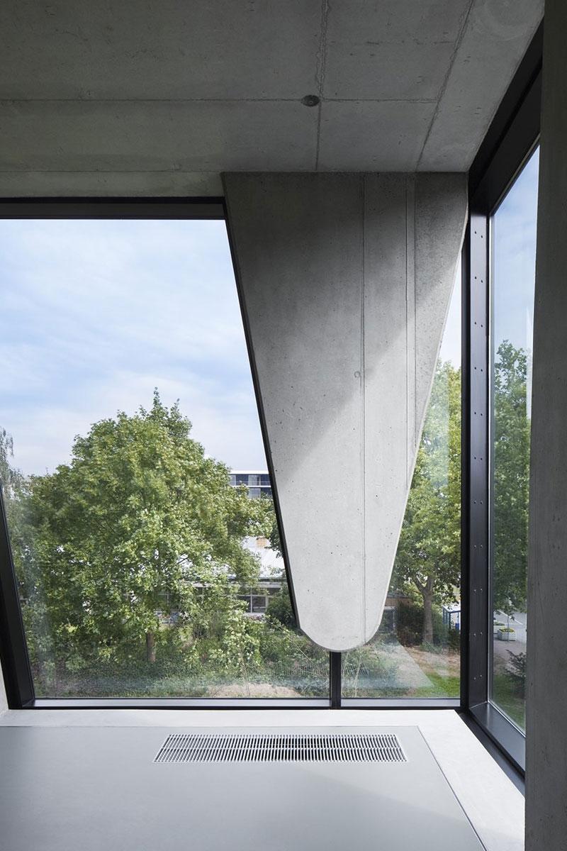 Moderna arhitektura prozora velikih dimenzija i nepravilnih oblika