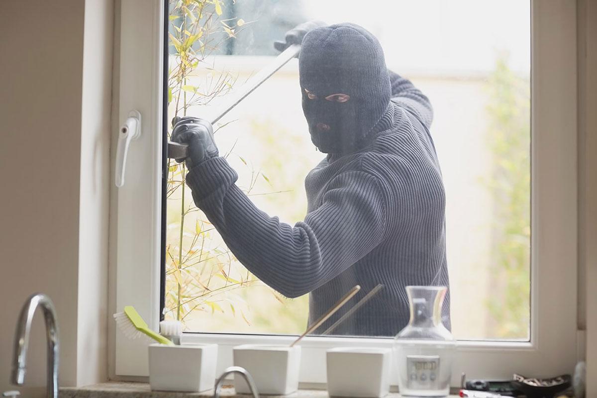 Najveći broj upada u kuće i stanove događa se upravo preko prozora i balkonskih vrata na prizemlju i nižim spratovima